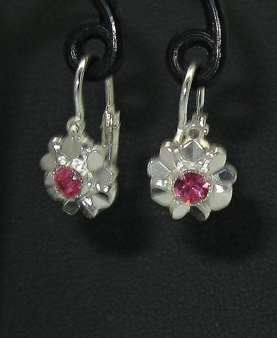 Stříbrné náušnice s předním zapínáním klasika s růžovým kamínkem