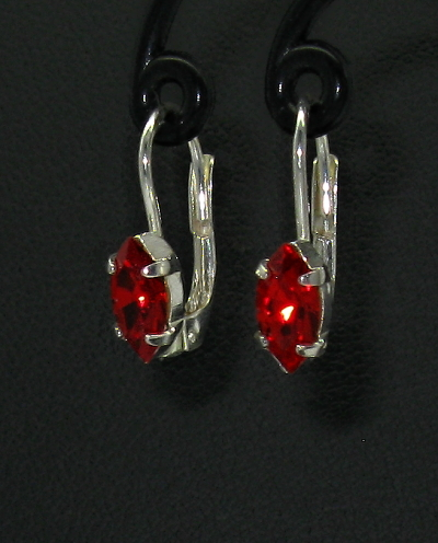 Stříbrné náušnice se zirkony červené barvy tvar kapka na klasiku