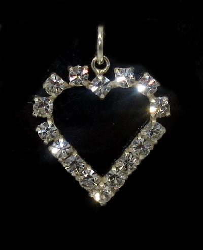 Stříbrný přívěsek se zirkony ve tvaru srdce osazeno mnoha kamínky