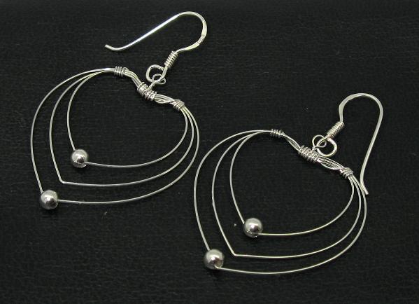 Stříbrné náušnice bez kamínku styl tvar srdce vysoký lesk s kuličkami