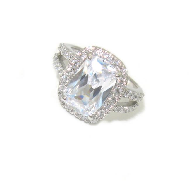 Stříbrný prsten s dominantním zirkonem